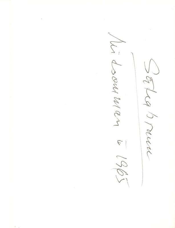 Sätra Brunn. Midsommarfirande år 1965. Spelman vid majstången framför Brunnshuset. Text..jpg
