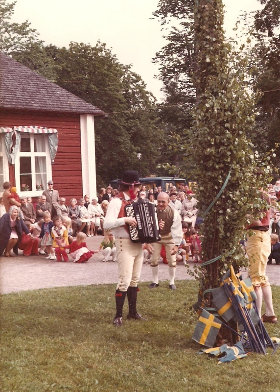 Sätra Brunn. Midsommarfirande år 1965. Spelman vid majstången framför Brunnshuset. Foto..jpg