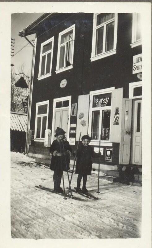 På skidor utanför affären Sätrabrunn.jpg
