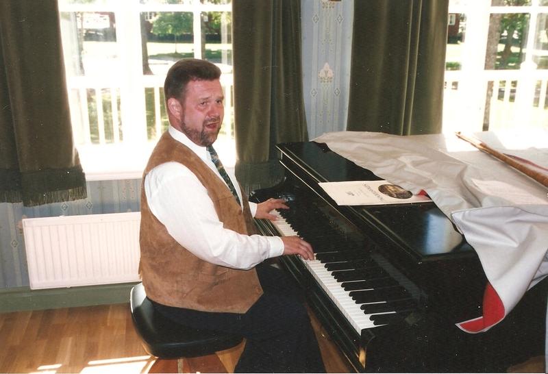 Sätrastämning. Gunnar Juhlin vid flygeln ackompanjerar Nils-Johan Höglund. År 1996.