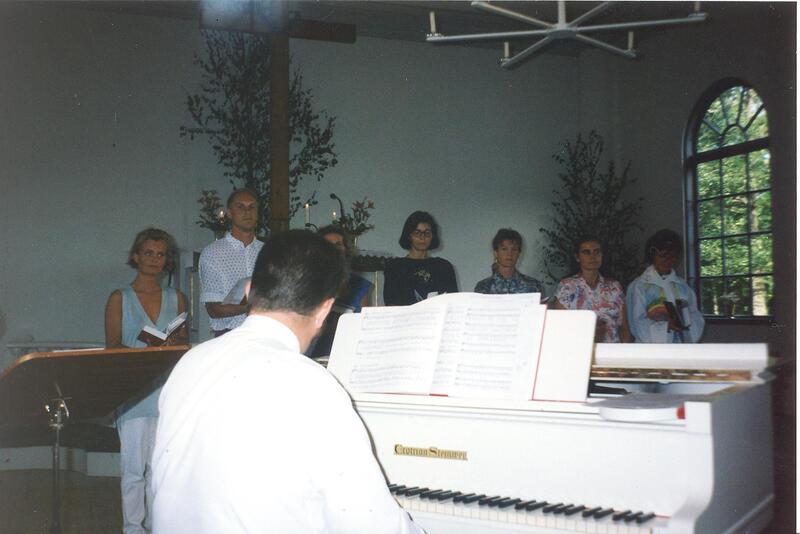 Sångövning i kyrkan med Gunnar Juhlin vid flygeln..jpg