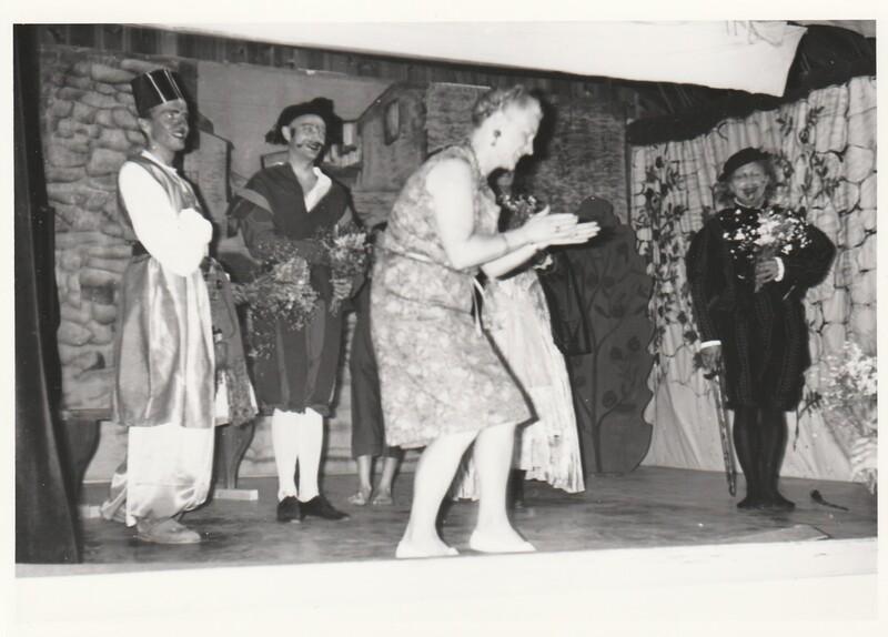 Mohrens sista suck. Sätra Brunn Salongen. Årtal 1962. Bild 11. Anna-Lisa Bohlin. Blomsterhyllar de medverkande. Foto.jpg