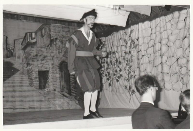 Mohrens sista suck. Sätra Brunn Salongen. Årtal 1962. Bild 2.  Erland Bohlin som don Lopez y Infano. Vid flygeln Folke Bohlin. Foto..jpg