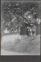 Sätra Brunn. Klockhuset. Tre män vid Klockhusets baksida. Foto..jpg