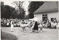Sätra Brunn. Midsommar. 1961 el 62. Barn dansar  framför Brunnshuset. Foto..jpg