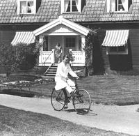 Sätra Brunn. Nils-Johan Höglund nytillträdd intendent på Prof. Henschens cykel från 1890-tal.. 1960-tal..jpg