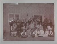 Sätra Brunn. Skördefesten. Deltagare i skördefesten vid Sätra brunn sommaren 1908 samlade i socitetshuset.. Årtal 1908.jpg