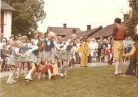 Sätra Brunn. Midsommarfirande. Barnens ringlekar. Tidigt 1960-tal. Foto..jpg