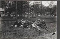 Sätra Brunn. Samling herrar i gröngräset. Pehrsparken. Foto..jpg