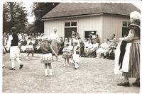 Sätra Brunn.. Midsommarafton. 1961. Barnens ringlekar. T hö Alfhild Lindström patient, kyrkvärd och hjälpreda. Kvinnan som är lekledare är okänd. Foto..jpg