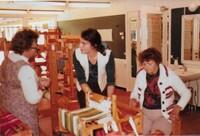 Ingrid Ekholm, till vänster, ansvarig i sysselsättningen,, tillsammans med handledare i vävning och reumatiker patient, gissar -70 tal.jpg