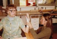 Arbetsterapeut, till höger, tillverkar ortos (handstöd i plast) till reumatikerpatient. gissar - 70 tal..jpg