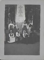 Sätra Brunn. Kalseniusstenen. Efter avtäckningen av stenen år 1900. Foto..jpg