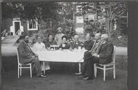 Sätra Brunn. Kafferep på Bunnsgården. 1920-talet. I bakgrunden Apoteket och Klockhuset. Foto..jpg