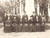 Medaljutdelning år 1911. Medaljörerna samlade framför Kalseniusstenen..jpg
