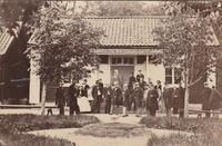 Sätra Brunn.  Ingången till matsalen från Brunnsgården. Personal oe gäster. Årtal 1870-tal. Storlek 98x60 mm. No 25. Foto.jpg